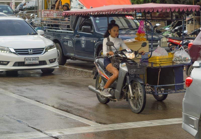 PATTAYA, THAÏLANDE - OCTOBRE 14,2018 : La jeune femme thaïlandaise de Beachroad A conduit sa cuisine mobile images stock