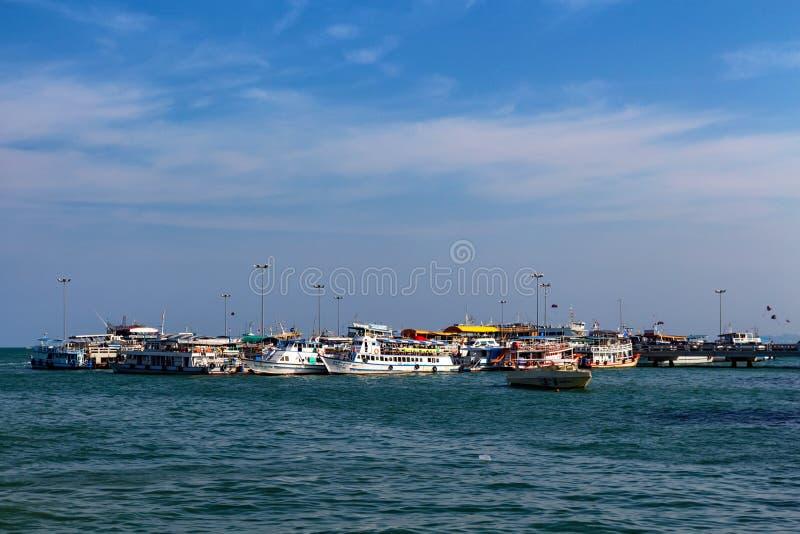 PATTAYA, THAÏLANDE - VERS EN MARS 2013 : Bateaux de touristes sur l'eau photo stock