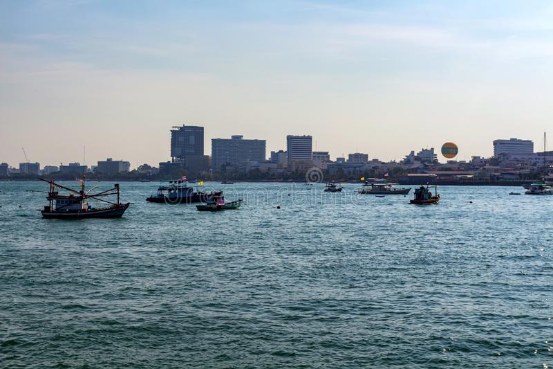 PATTAYA, THAÏLANDE - VERS EN MARS 2013 : Bateaux de touristes sur l'eau photographie stock libre de droits