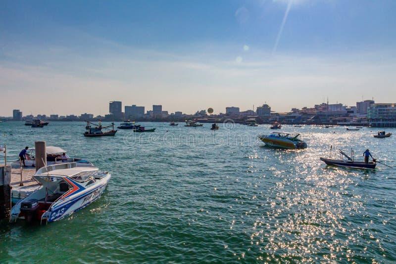 PATTAYA, THAÏLANDE - VERS EN MARS 2013 : Bateaux de touristes sur l'eau photo libre de droits