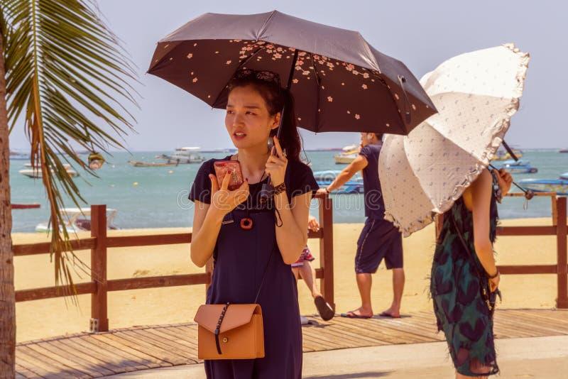PATTAYA, THAILAND - APRIL 19,2019: Beachroada jonge en mooie Chinese vrouw royalty-vrije stock afbeelding