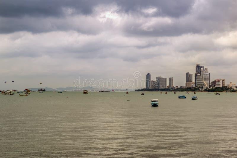 PATTAYA THAILAND - APRIL 30,2018: Beachside turister kopplar av och simmar där arkivfoto