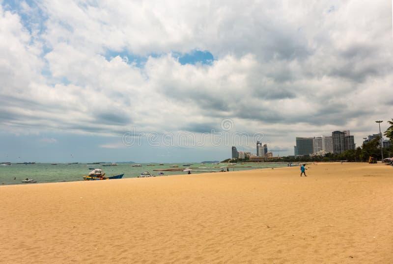 PATTAYA, THAILAND - APRIL 29,2019: Het strand dit is het strand van de stad stock afbeeldingen