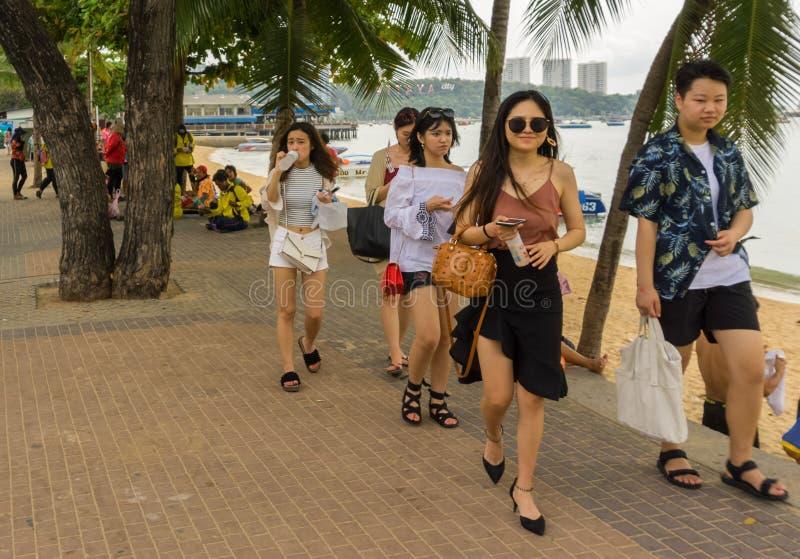 PATTAYA, THAILAND - APRIL 17,2018: Het strand Vele toeristen van China ontspant daar en zwemt stock afbeeldingen