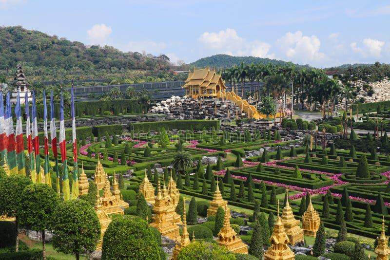 PATTAYA THAILAND - APRIL 24, 2019: J?tte- dinosauriedal f?r turist- bes?k p? den Nong Nooch tr?dg?rden arkivfoton