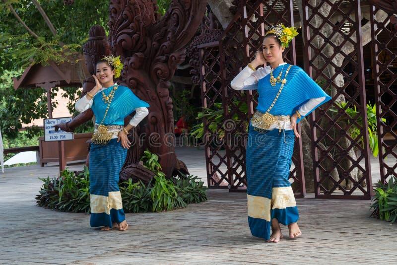 PATTAYA, THAILAND - CIRCA IM AUGUST 2015: Thailändische Frauen in den Trachtenkleidern tanzen außerhalb des Schongebiets der Wahr stockfoto