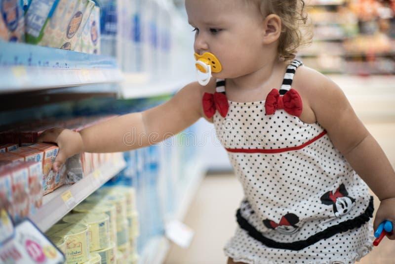 Pattaya, Thailand - 19. Mai 2019: Das Kind im Speicher kauft Nahrung Das Kind im Supermarkt wählt Nahrung lizenzfreies stockbild