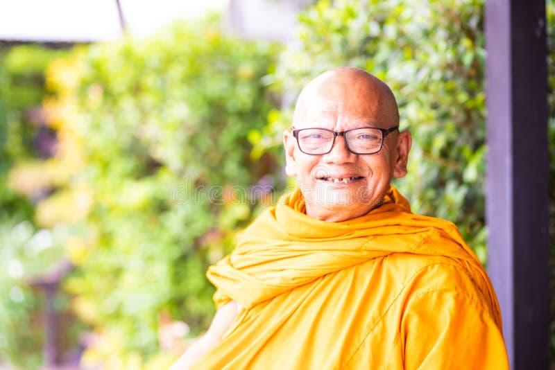 Pattaya, Thailand - 15. Mai 2019: Mönch in Thailand Buddhistischer Mönch, der im Tempel sitzt lizenzfreie stockfotos