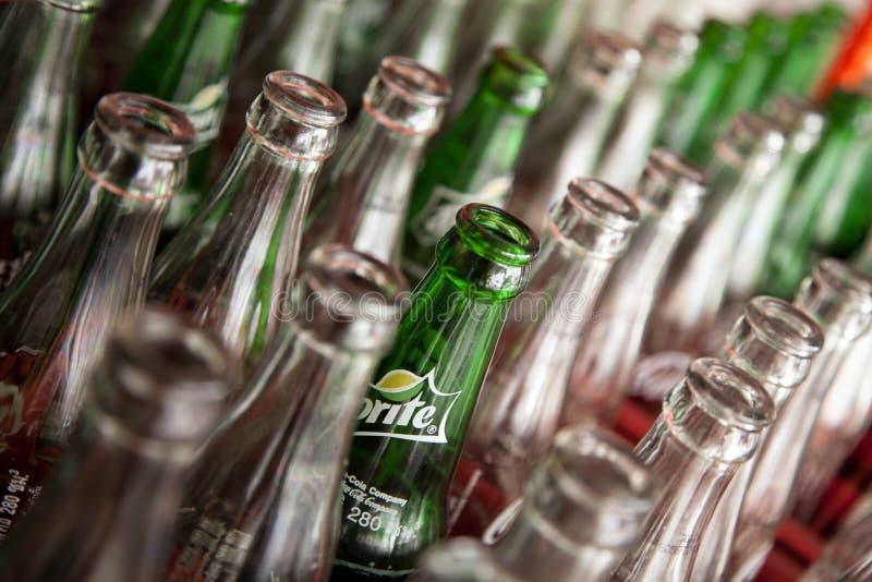 Pattaya Thailand - mars 28, 2016: Sodavattentomglas med den Sprite logoen bland vanliga flaskor Många använda flaskor fotografering för bildbyråer