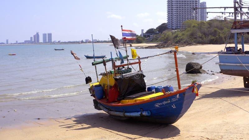 Pattaya, Thailand - Mei 18, 2019: Hoogste die mening, Boot op het Overzees, Wit Strand op een Duidelijke Blauwe Hemel wordt gepar royalty-vrije stock afbeeldingen