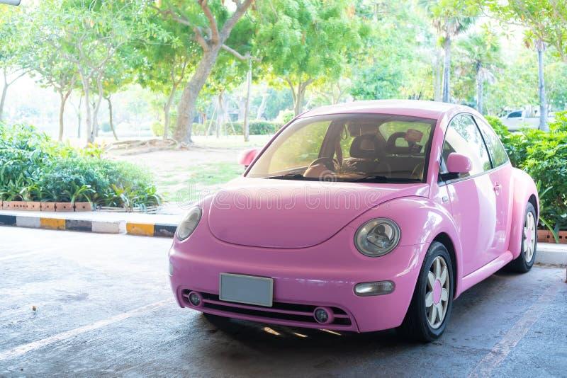 Pattaya, Thailand - Mei 27, 2019: Moderne pret roze kleine auto Foto van een moderne funky roze auto die dicht bij het overzees w stock afbeeldingen