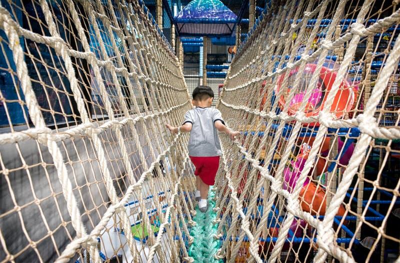PATTAYA, THAILAND - 21. NOVEMBER: Ein Junge macht seinen Übergang ein Br stockbild