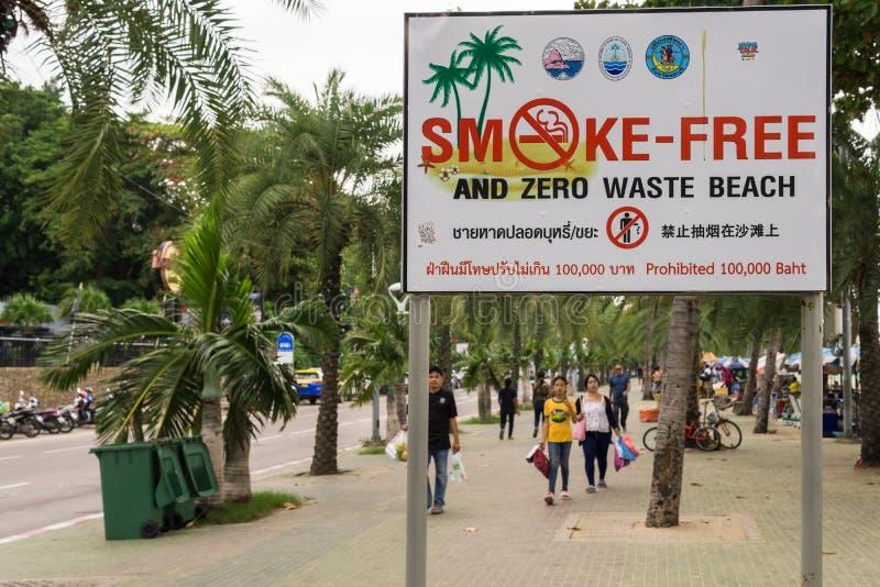 PATTAYA, THAILAND - OKTOBER 12,2018: Beachroad Dit teken informeert mensen stock afbeeldingen