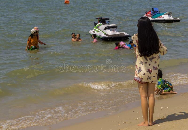 PATTAYA THAILAND - OKTOBER 23,2018: De thailändska ungarna för stranden och de unga kvinnorna har gyckel på stranden royaltyfria foton