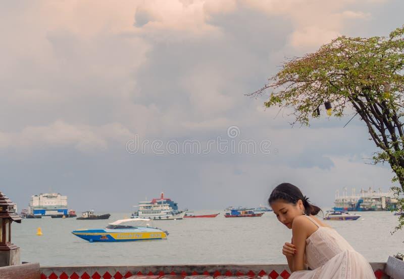 PATTAYA, THAILAND - OKTOBER 20,2018: Road A van GardenBeach van het Pattayabier jonge, vrouwelijke en Chinese toeristenrust in ee stock afbeeldingen