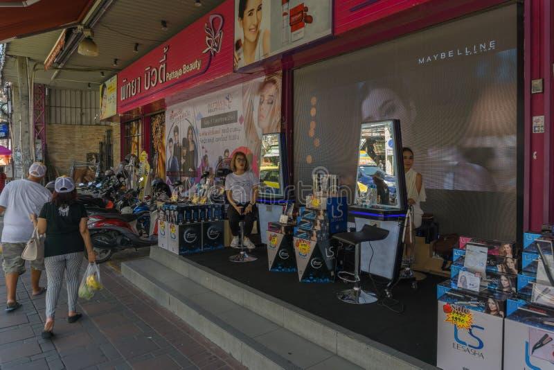 PATTAYA; THAILAND - OKTOBER 18,2018: Süd-Pattaya-Straße dieses ist ein Schönheitssalon lizenzfreie stockfotografie
