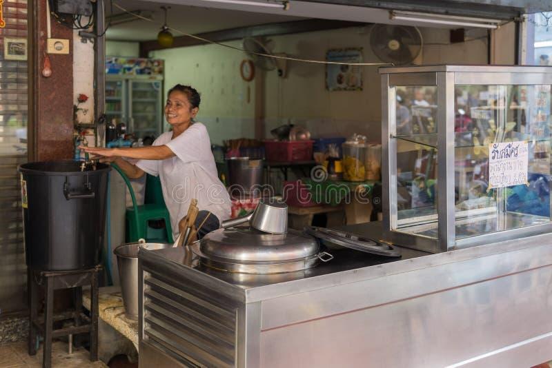 PATTAYA, THAILAND - OKTOBER 22,2018: Soi Buakhaow een Thaise vrouw bereidt haar voedselbox voor royalty-vrije stock foto