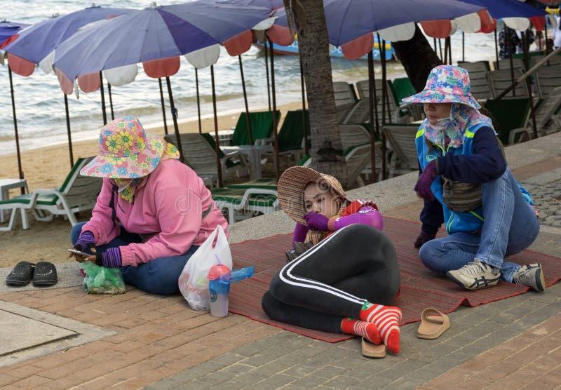 PATTAYA, THAILAND - OKTOBER 23,2018: Strandweg Drie vrouwelijke Thaise arbeiders ontspant stock fotografie