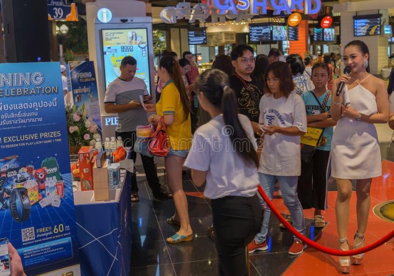 PATTAYA, THAILAND - OKTOBER 19,2018: Terminal 21 op de openingsdag van de wandelgalerij in Tweede Weg was vele promotors, royalty-vrije stock afbeeldingen