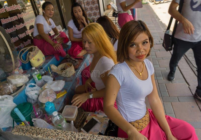 PATTAYA, THAILAND - OKTOBER 18,2018: Zweite Straße dieses ist einer von Tausendemassagesalons der Stadt stockfotos