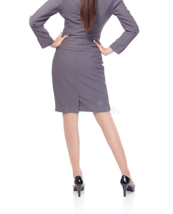 Patte de jeune femme dans le vêtement d'affaires photographie stock libre de droits
