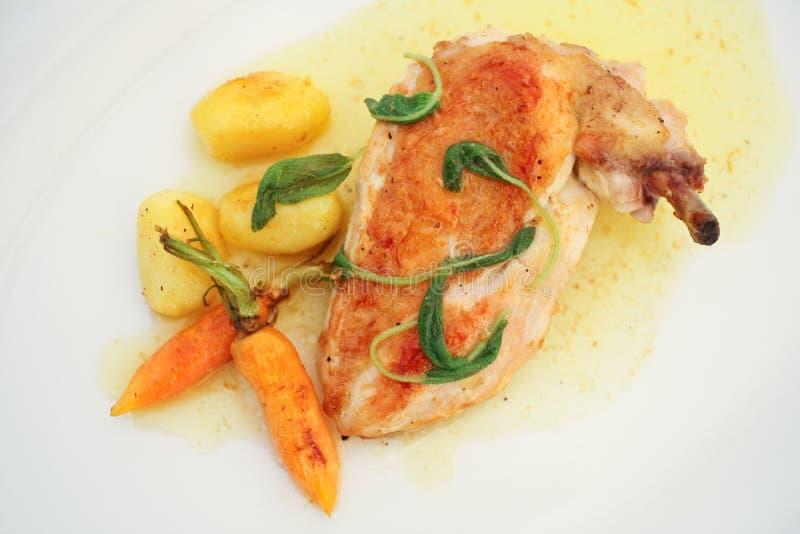Patte de poulet avec des pommes de terre images libres de droits