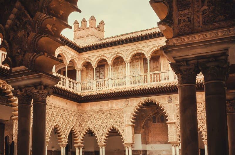 Pattenes de los arcos dentro del palacio real en estilo mudéjar de la arquitectura, Sevilla del Alcazar fotos de archivo libres de regalías