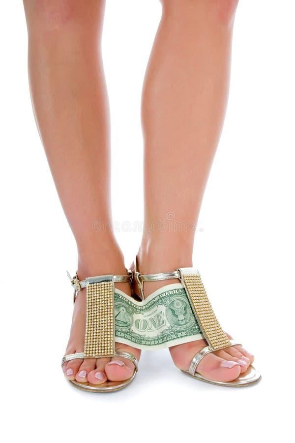 Pattes de femme avec de l'argent sur le blanc images libres de droits