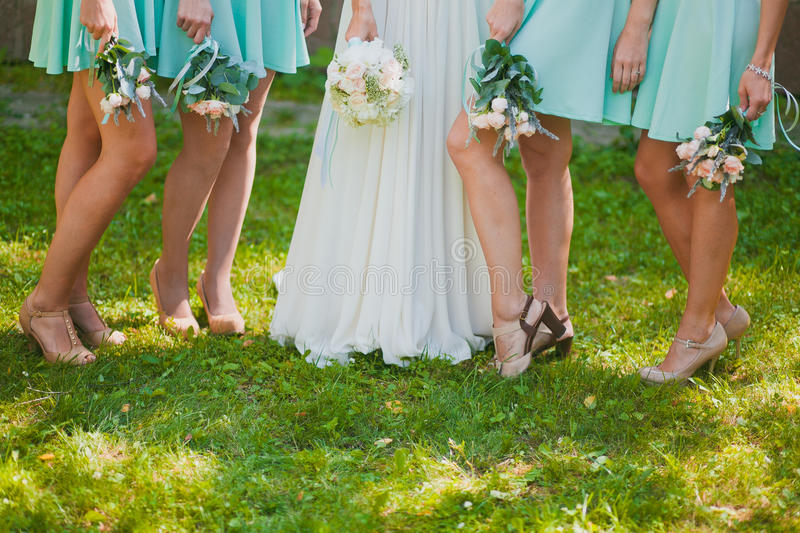 Pattes de mariée et de demoiselles d'honneur photo stock