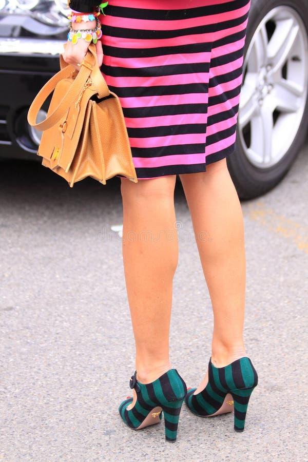 Pattes femelles avec la jupe colorée photographie stock