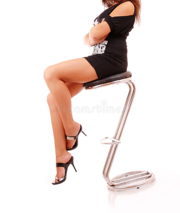 Pattes femelles dans des chaussures classiques sur un talon images stock