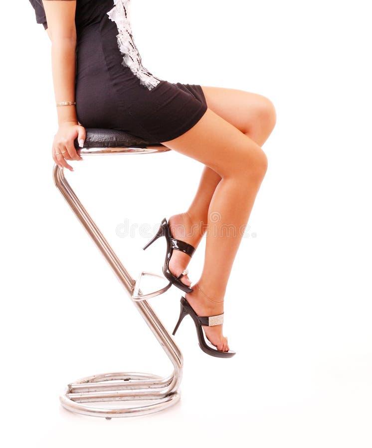 Pattes femelles dans des chaussures classiques sur un talon photographie stock libre de droits