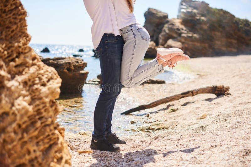 Pattes sur la plage Un jeune couple affectueux ?treignant et embrassant sur la plage dans le jour ensoleill? Deux amants, homme e image stock