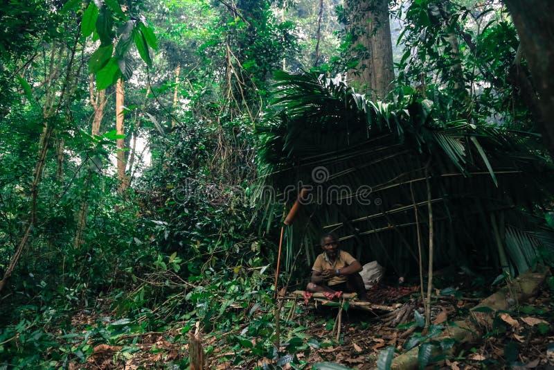 PATTHALUNG, TAILÂNDIA - 13 DE DEZEMBRO DE 2015: O Negrito de Tailândia São um tribo do saa-gai que vivem pacificamente no denso e fotos de stock royalty free