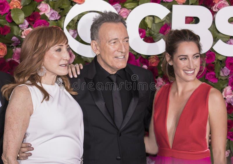 Patti Scialfa, Bruce Springsteen, y Jessica Springsteen en Tony Awards 2018 foto de archivo