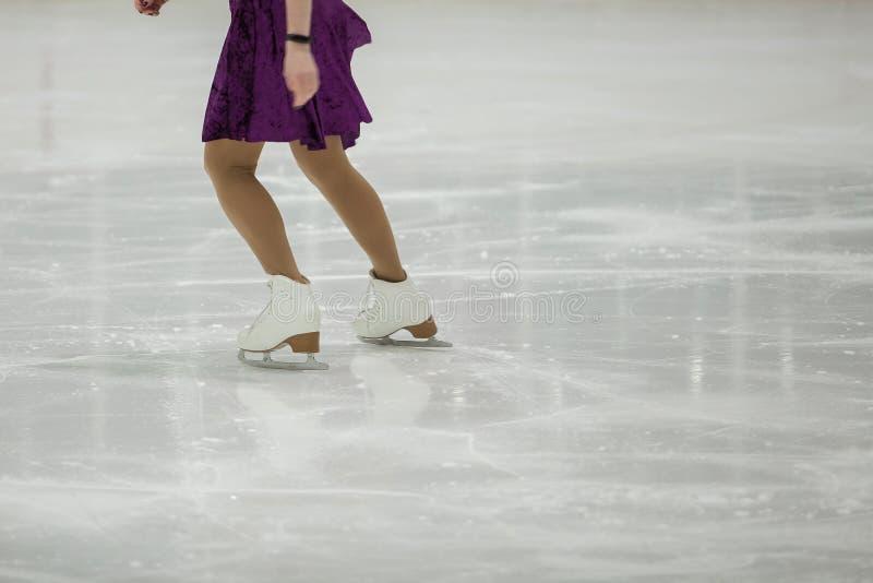 Pattinaggio artistico, addestramento di pattinaggio su ghiaccio Piedi di pattinatore sul ghiaccio fotografia stock