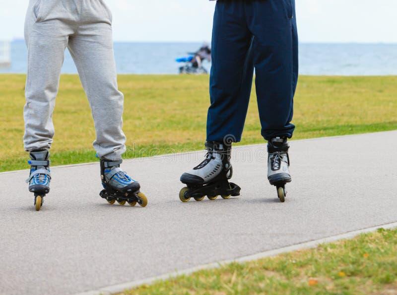 Pattinaggio a rotelle all'aperto, gambe di due persone soltanto fotografie stock libere da diritti