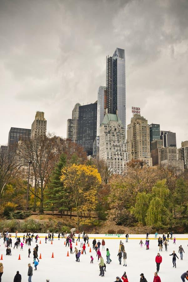 Pattinaggio su ghiaccio in Central Park - New York, U.S.A. immagine stock