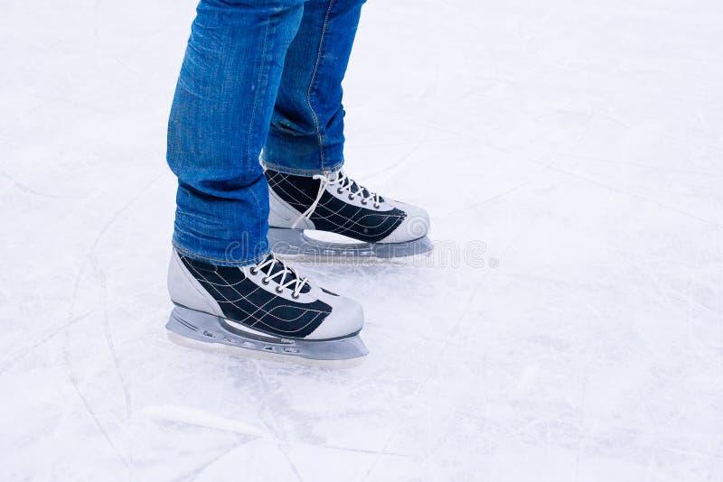 Pattinaggio su ghiaccio dell'uomo inverno all'aperto sulla pista di pattinaggio sul ghiaccio fotografie stock libere da diritti