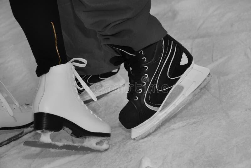 Pattinaggio su ghiaccio sulla pista di pattinaggio sul ghiaccio fotografia stock libera da diritti