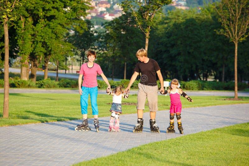 Pattinare della famiglia fotografie stock libere da diritti