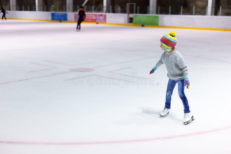 Pattinare di ghiaccio della bambina fotografie stock libere da diritti