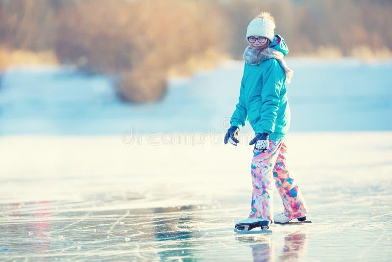 Pattinare di ghiaccio La ragazza sta pattinando su un lago congelato naturale immagine stock libera da diritti