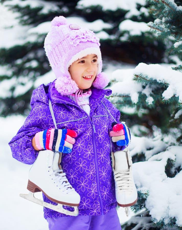 Pattinare sul ghiaccio andante della ragazza fotografie stock libere da diritti