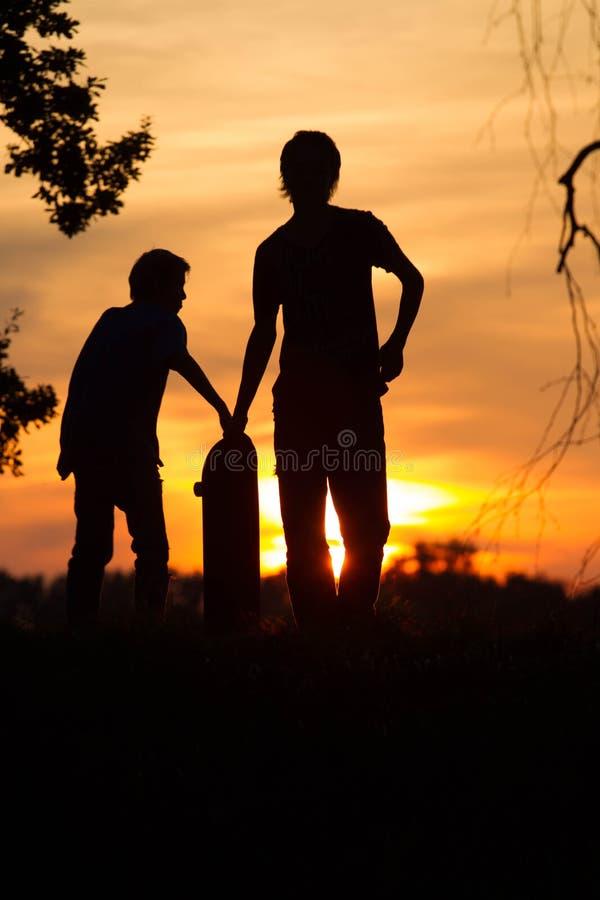 Pattinatori al tramonto fotografie stock