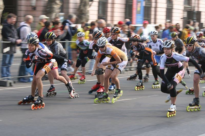 Pattinatori mezzi del rullo di maratona immagine stock libera da diritti