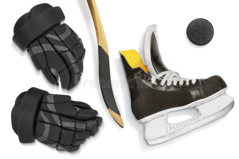 Pattini, bastone, guanti e disco dell'hockey fotografie stock