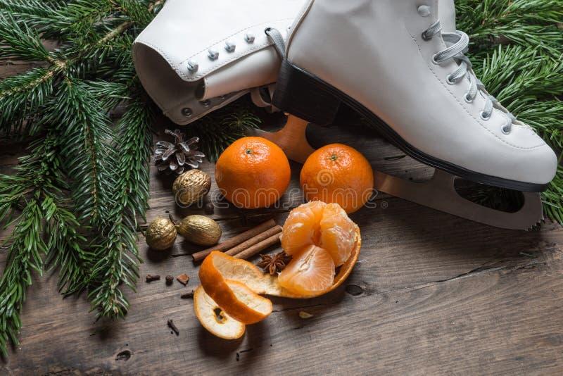 Pattini da ghiaccio della decorazione di Natale su fondo di legno, fotografia stock libera da diritti