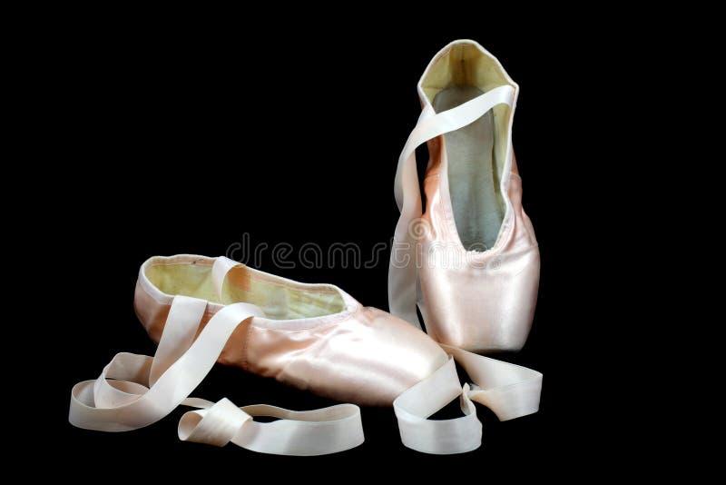 Pattini della ballerina di Pointe sul nero immagine stock