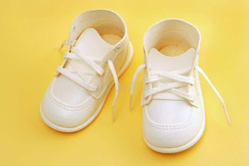 Pattini di bambino sopra colore giallo fotografie stock